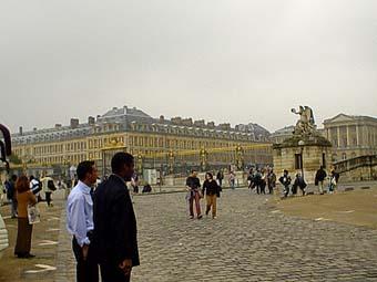 黑人司機在凡爾賽宮門口停車場,苦苦等候因搭馬車而遲到的客人