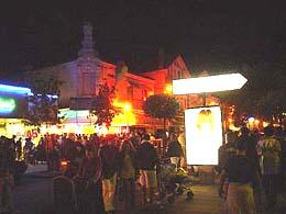 街頭擠滿人的阿卡雄