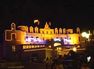 阿卡雄化妝成宮殿城堡式般的賭場