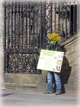 大教堂前搞怪抗議的西班牙年輕人