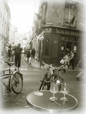Marais咖啡廳前,人影