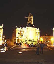 廣場中的雕像,是年輕男女約會見面的地方