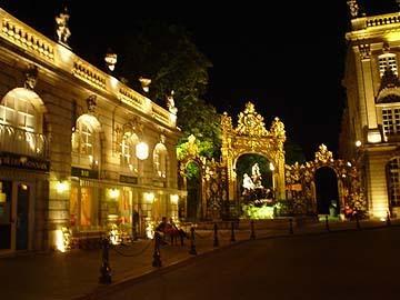 洛可可式金碧輝煌的美麗雕花鐵架與噴泉