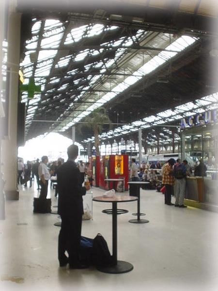 巴黎火車站旁, 他喝expreso , 吃早餐,趕上班.....