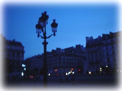 凌晨,藍色輕輕圍砌周旋.....