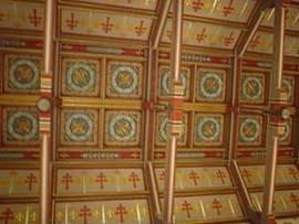 貞德紀念教堂天花板上繪滿法國皇家國徽和代表洛林省的雙十字徽