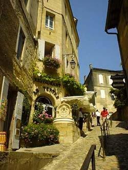 巨石教堂旁,美麗的石牆小街