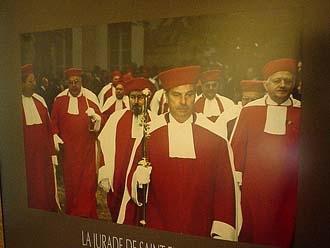 Saint-Emilion穿古代傳統紅衣白領的品酒官