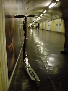 靠在巴黎地鐵裡,擺Pose的Trottinette