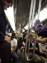 雖然法國人有浪漫的天性, 但首都地鐵的面孔一樣緊張繁忙