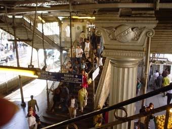 """在電影\""""艾蜜莉的異想世界\""""曾出現的2號線高架地鐵一景,艾蜜莉撕下Nino貼的小告示..."""