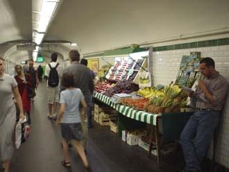 蒙巴那斯站裡的轉線通道甚至有水果攤, 每次經過總不免買兩個香瓜吃 ,真的便宜又香甜哩!!
