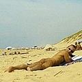 『嘿!連法國的布魯斯威利也在這邊全裸曬太陽哩!!!』