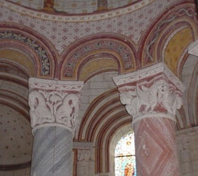 Chauvigny鎮,Saint-Pierre教堂裡彩色柱頭雕塑