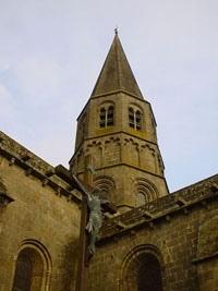 Le Dorat教堂,羅馬式的高塔,撐出優美的小城輪廓