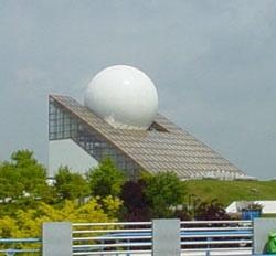 如同高爾夫球嵌頂的未來建築~「Le Pavillon du Futuroscope未來世界之幕」