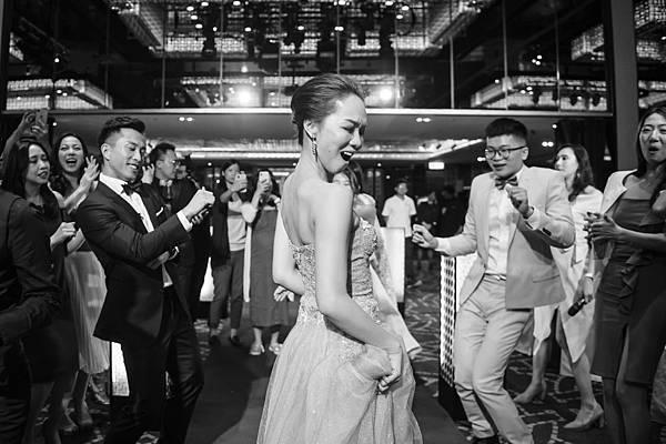 01.婚禮中與賓客一起跳舞