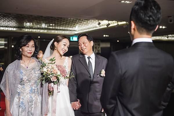 14.婚禮上,新娘與爸爸與媽媽一起走紅毯進場