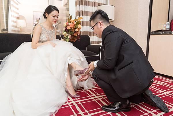 21_單腳下跪,新郎為新娘穿婚鞋