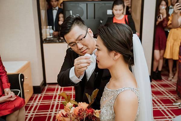 25_新郎為新娘擦眼淚在台中林酒店