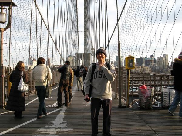 漫步於布魯克林橋上