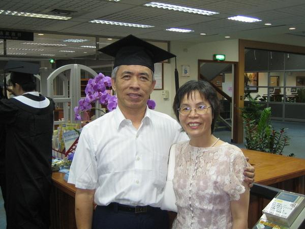 我媽她們開始玩起我的學士帽了= =+