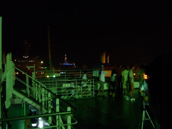 大家都跑到甲板上參觀了