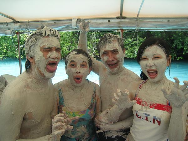 牛奶湖的火山泥塗在身上可以保養皮膚喔