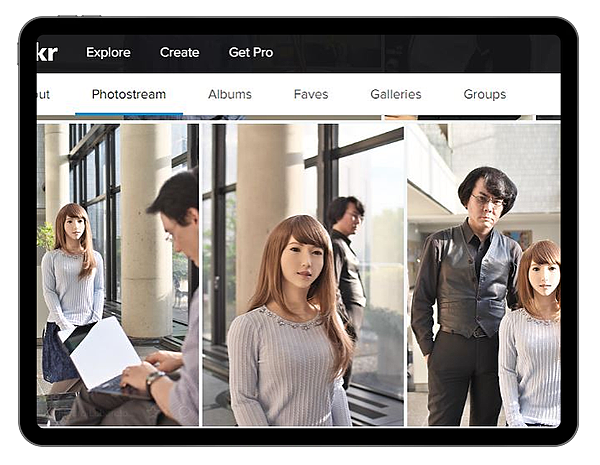 日本人工智慧AI機器人Erica與她的創造者的合照-4.jpg
