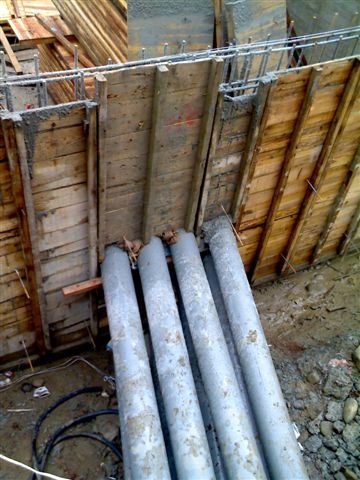 中間中庭的大排水管