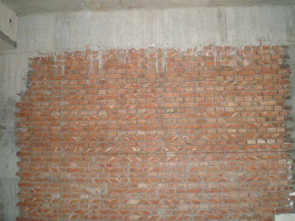 一樓的牆壁,樑還蠻粗的喔