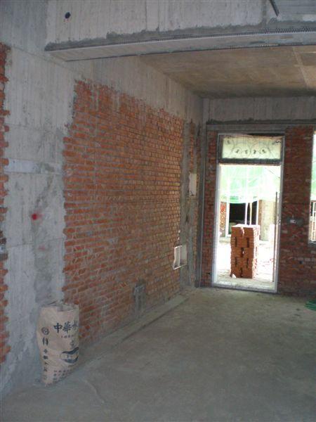 客廳主牆往大門口照