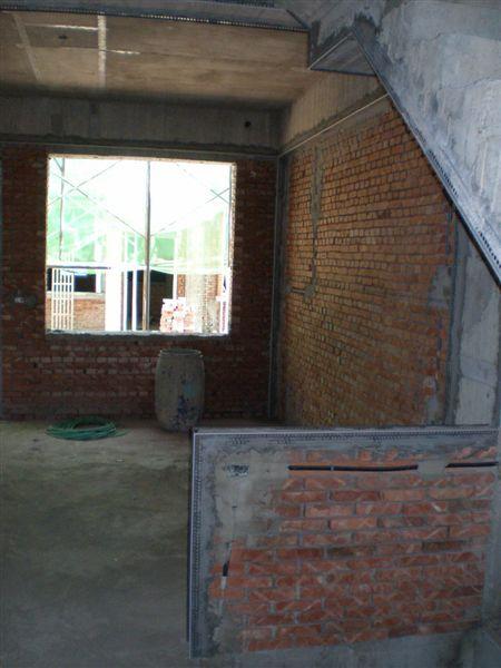 樓梯旁的牆往大窗照