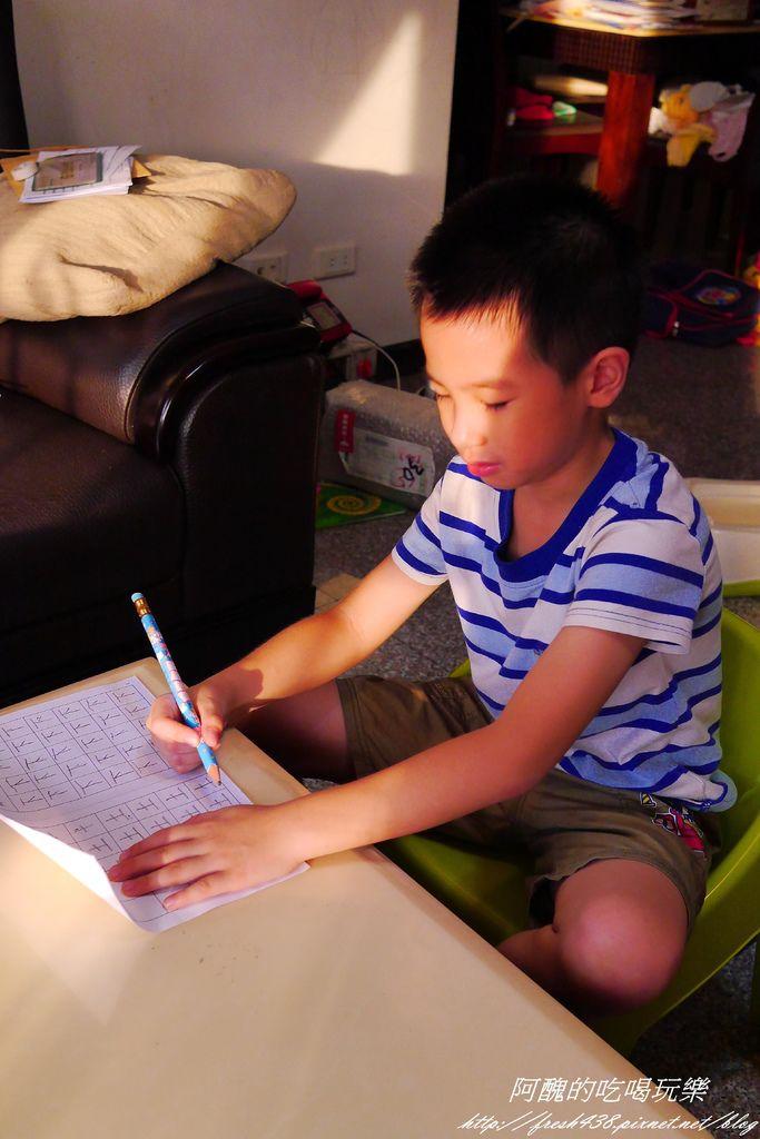 P1780242安安在客廳寫功課
