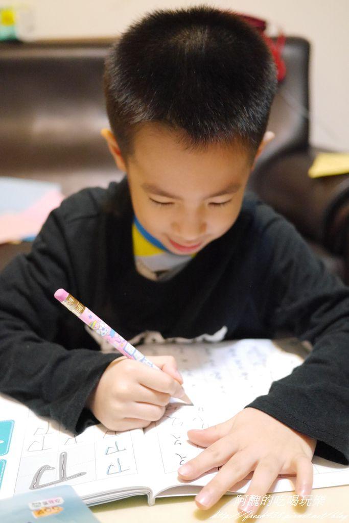 P1910227安安在客廳寫功課