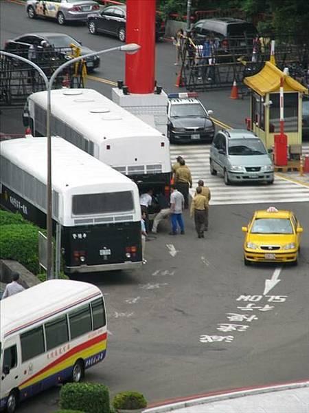 圓山門口一堆警備車