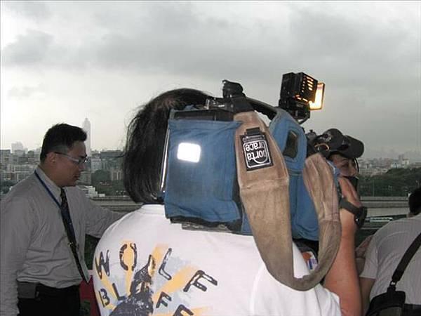 這是攝影記者大哥...背影...