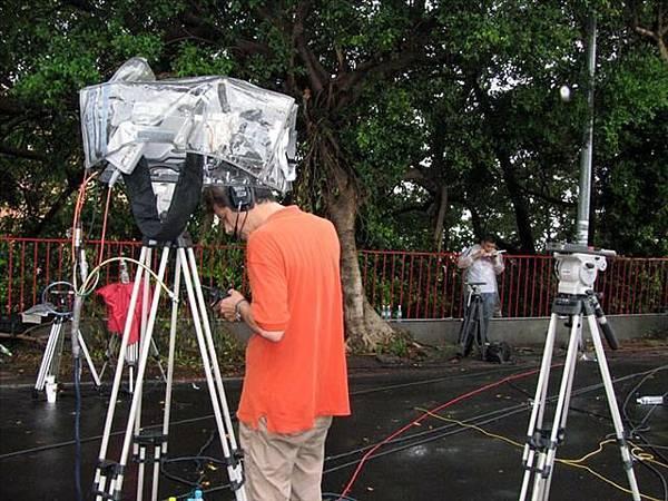 下大雨還是有記者駐守大門