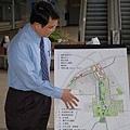 都發局長在水湳機場講解機場遷移後的設計規劃