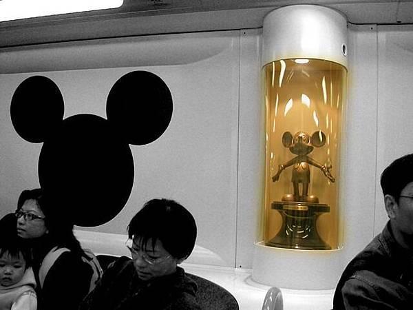 車內有很多這樣的迪士尼公仔呢
