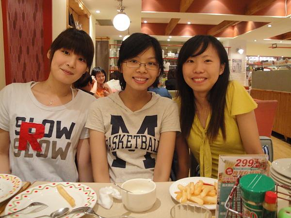 坐對面的三位女孩兒