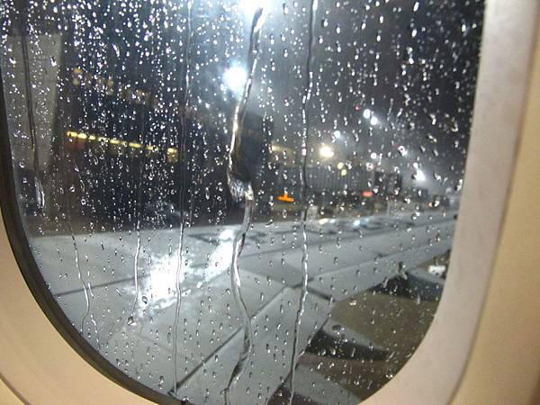 5J-310航班終於在大雨中起飛