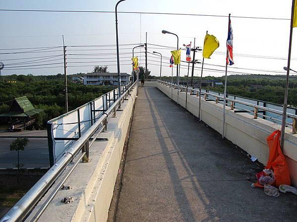 下車之後要先過一座天橋