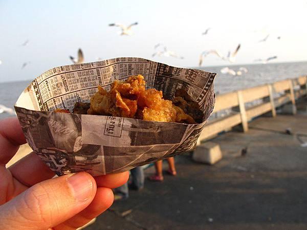 餵海鷗的飼料小盒的10銖,大盒的50銖