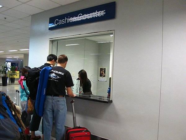 半夜三點馬尼拉機場T3唯一的一個菲幣換匯櫃台