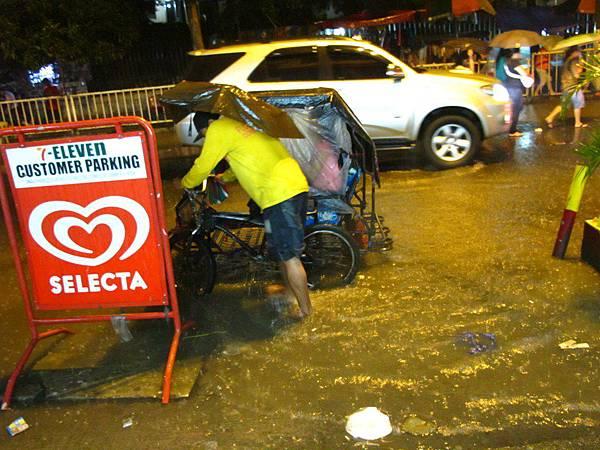 馬尼拉的大雨街頭即景