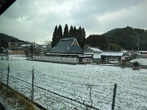 從日吉站到下佐江,只見沿途的積雪越來越多