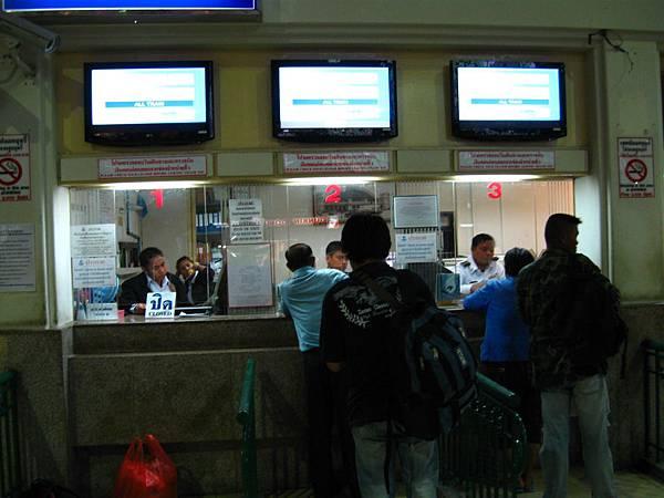 先到1或2號櫃檯買票,再到11月台上車