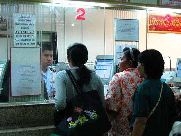 先到1或2號櫃檯買票,再到11號月台上車