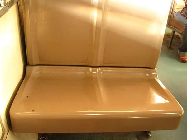 椅子是硬邦邦的木質座墊,椅背也不能後躺